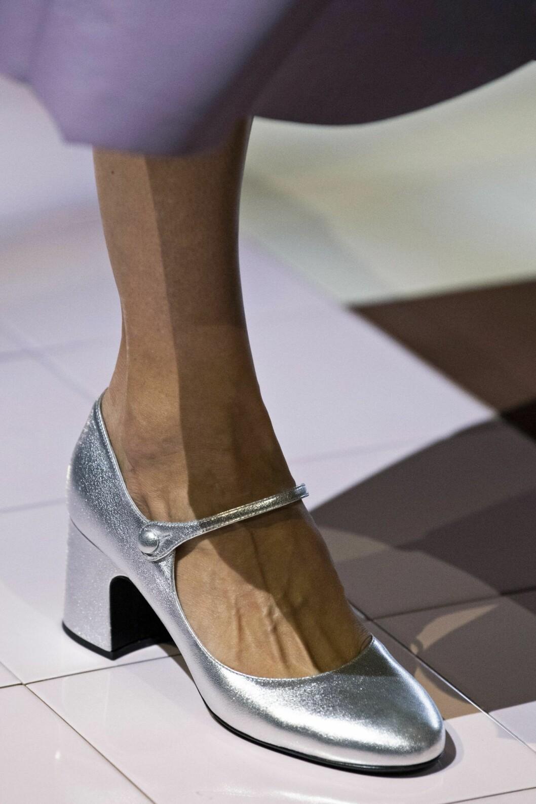 silvriga sandaler med klack