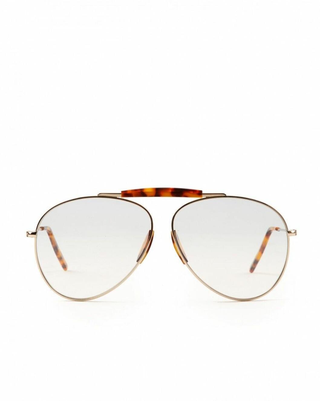 Excklusiva solglasögon i retro pilotmodell och leopardmönster från Acne Studios.