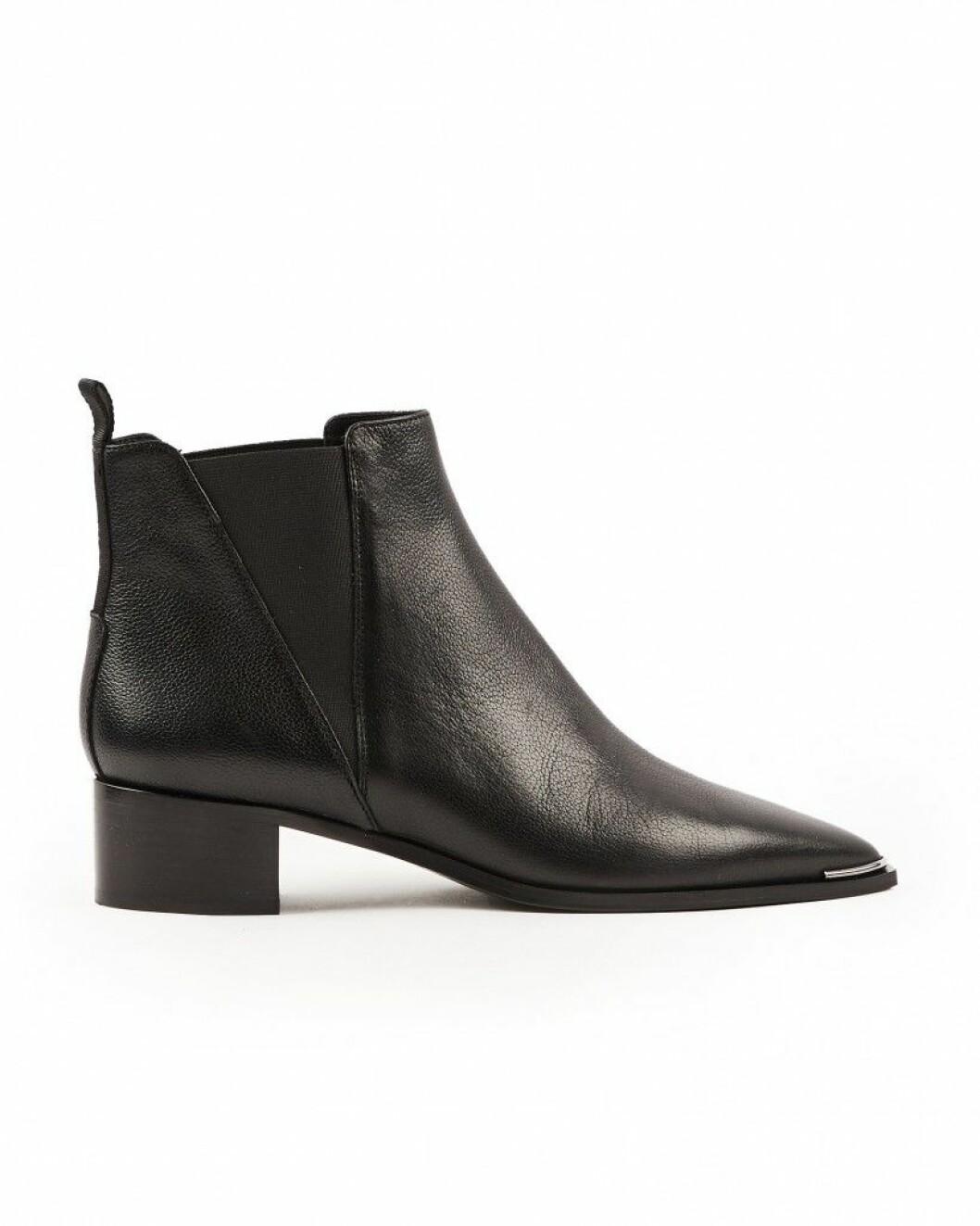 Klassiska boots i läder med låg klack och spetsig tå från Acne Studios via Wakakuu.