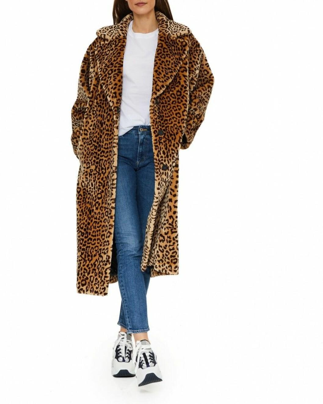 Stilsäker kappa i leopardmönster från Stand via Wakakuu.