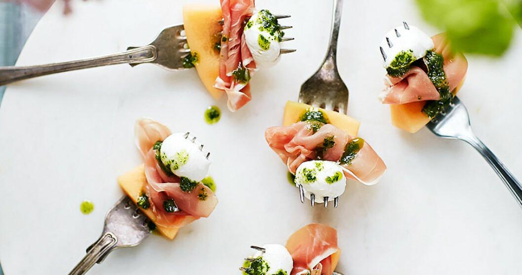 Tilltugg med prosciutto, melon och minimozzarella.