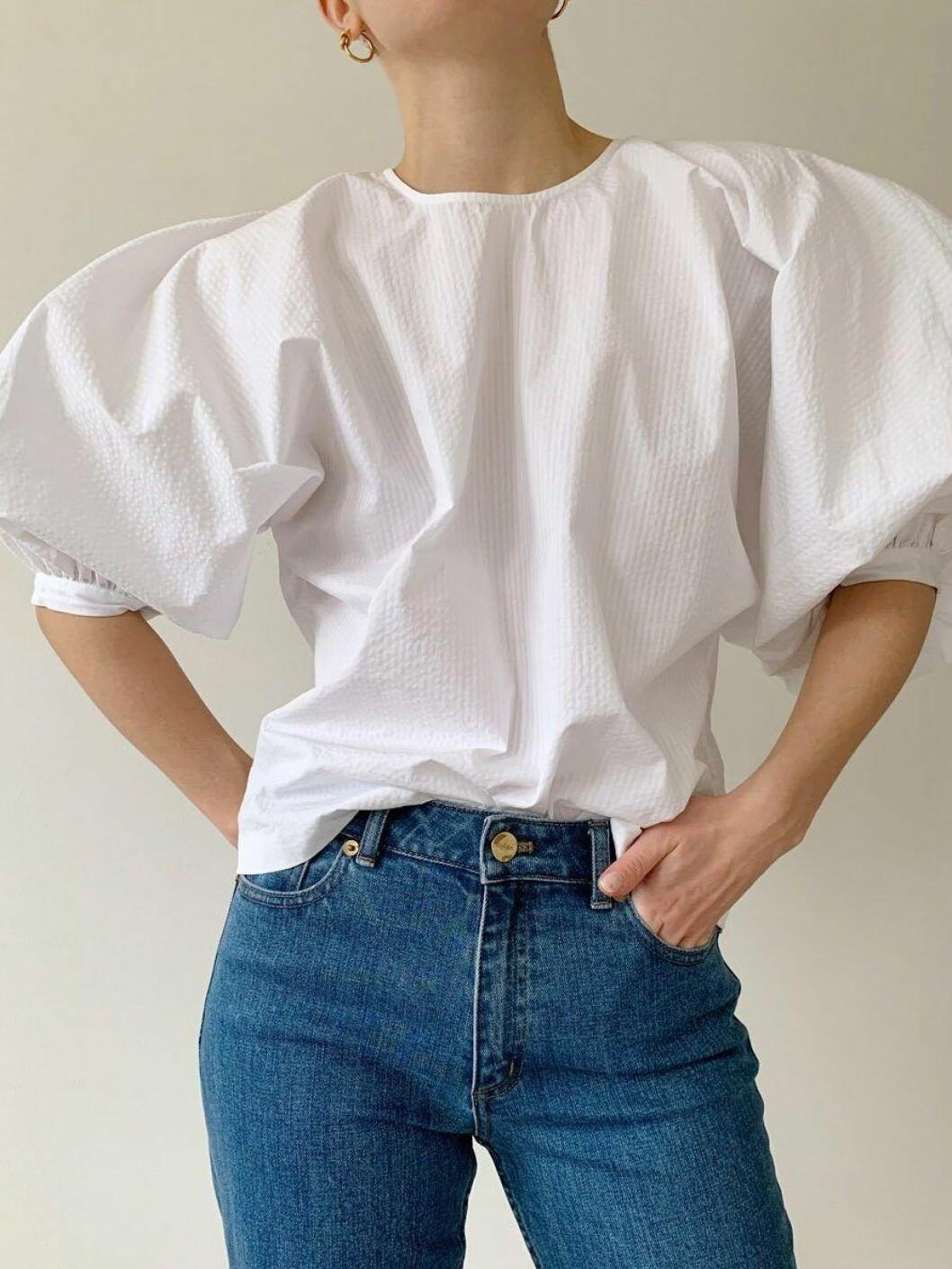 Vacker vit blus med voluminösa puffärmar från Stylein.