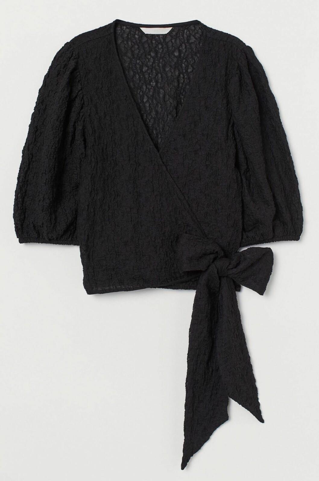 Svart blus med puffärm och rosettdetalj från H&M.