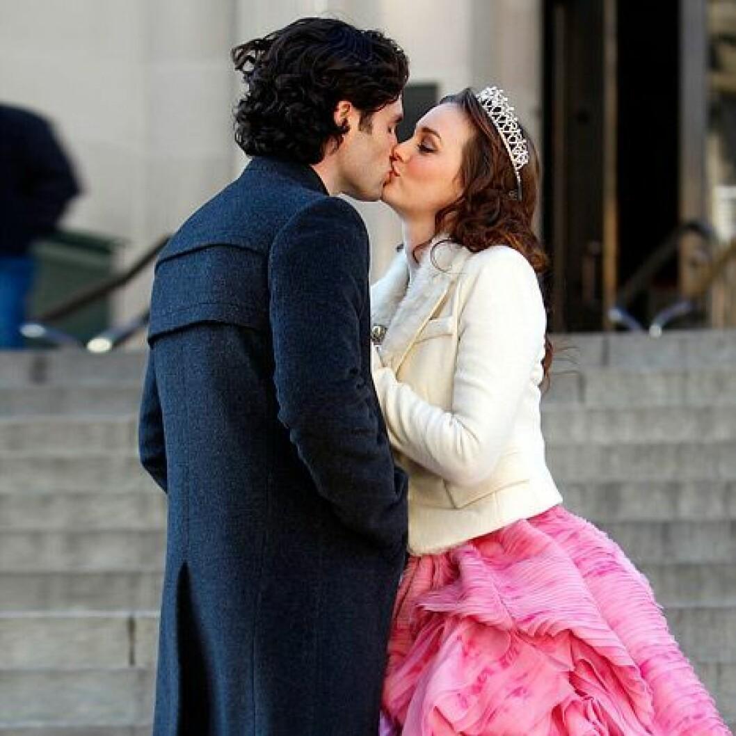 Dan och Blair kysser varandra