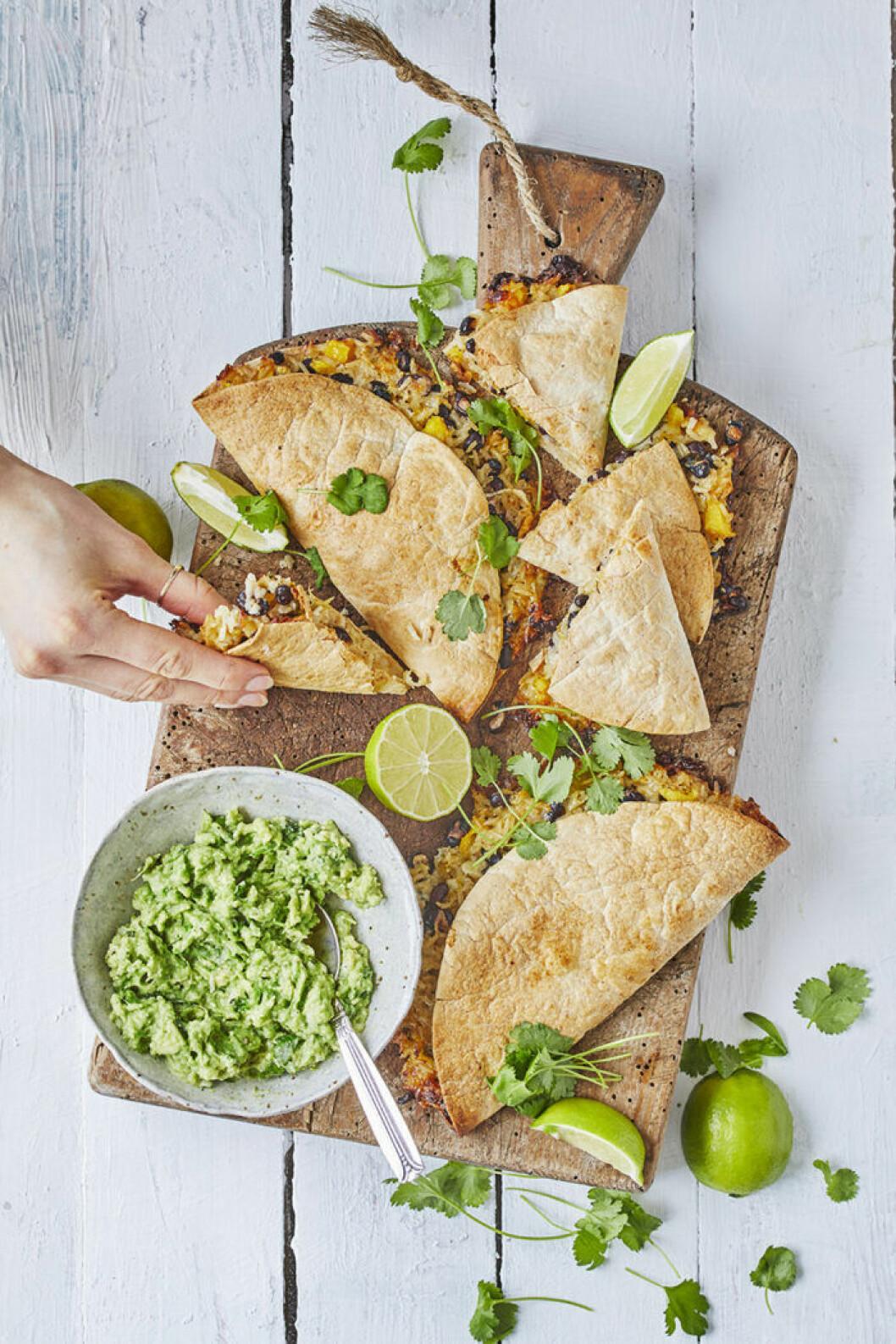 Quesadillas med bönröra och guacamole.