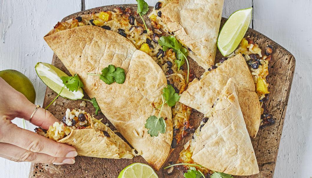 Mumsiga, mättande och frasiga quesadillas med bönröra och guacamole.