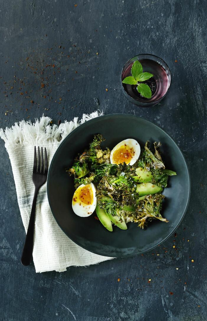 Recept på quinoa med sojapicklade ägg, avokado och grönkålschips