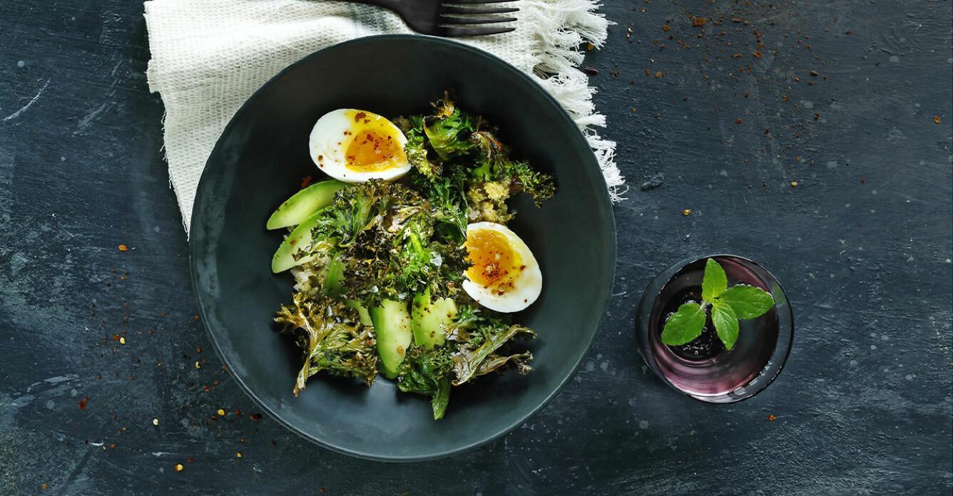 Recept på quinoa-bowl med sojapicklade ägg, avokado och grönkålschips