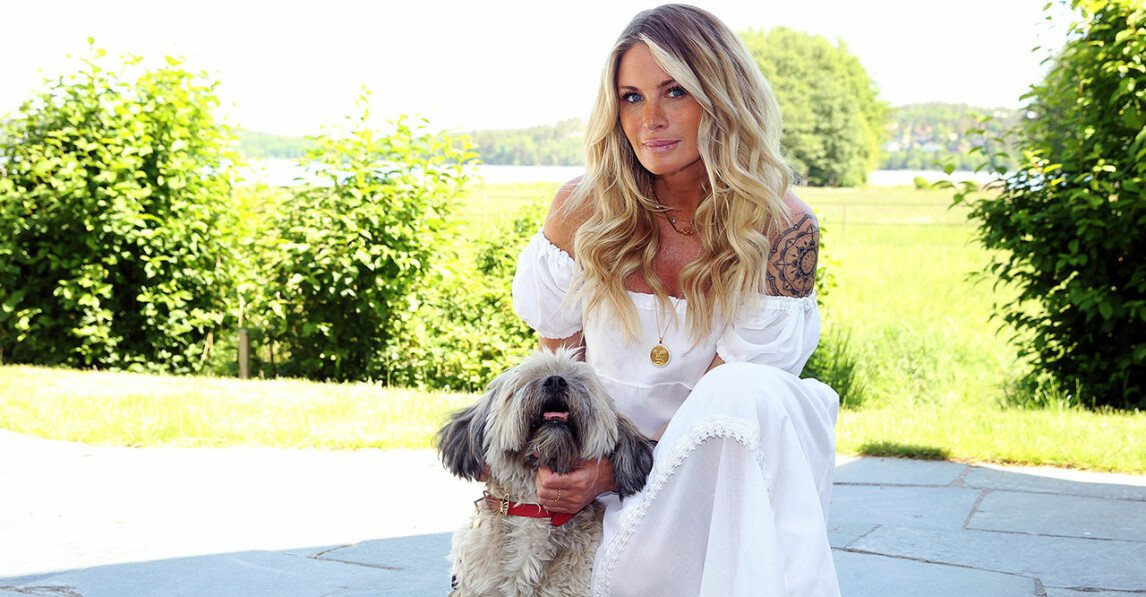 Carolina Gynning tillsammans med sin hund