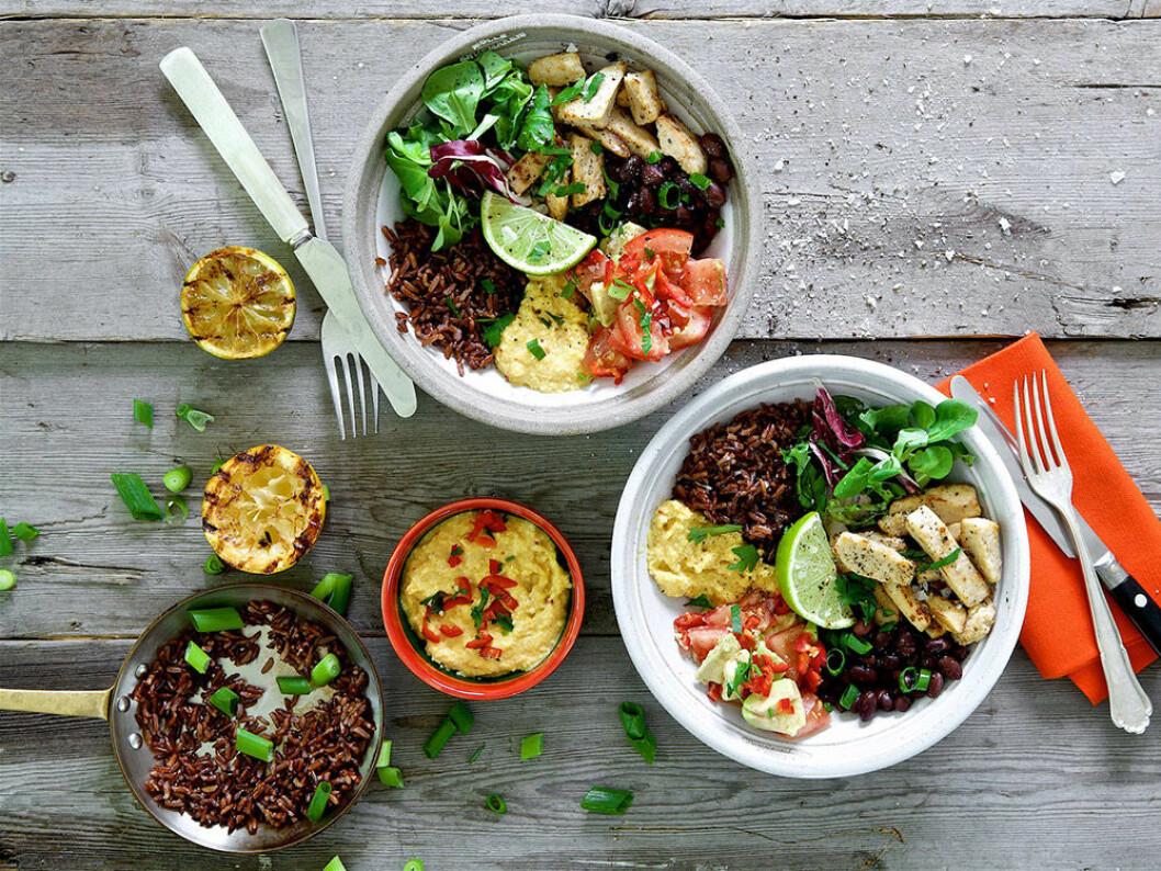 Quorn Bowl med rött ris och majsdipp.