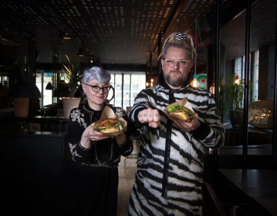 Bea Szenfeld och Patrik Arve med sina veganska och klimatsmarta burgare.