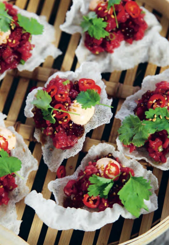 Asiatisk råbiff med sojatapioka på friterat rispapper