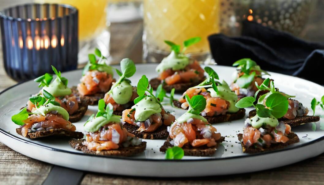 Recept på rågbrödschips med rökt lax och avokado
