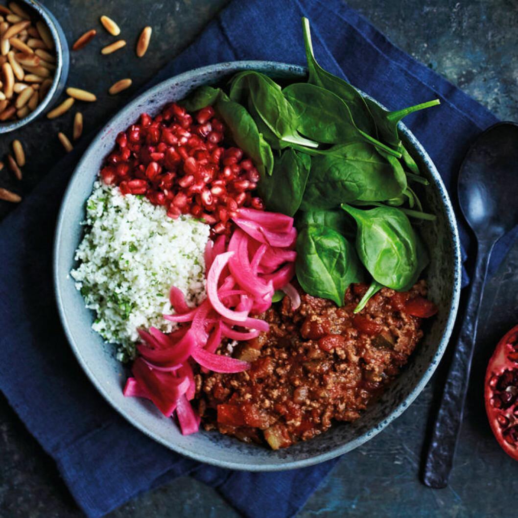 Rainbow bowl med köttgryta, blomkålsris och picklad lök.