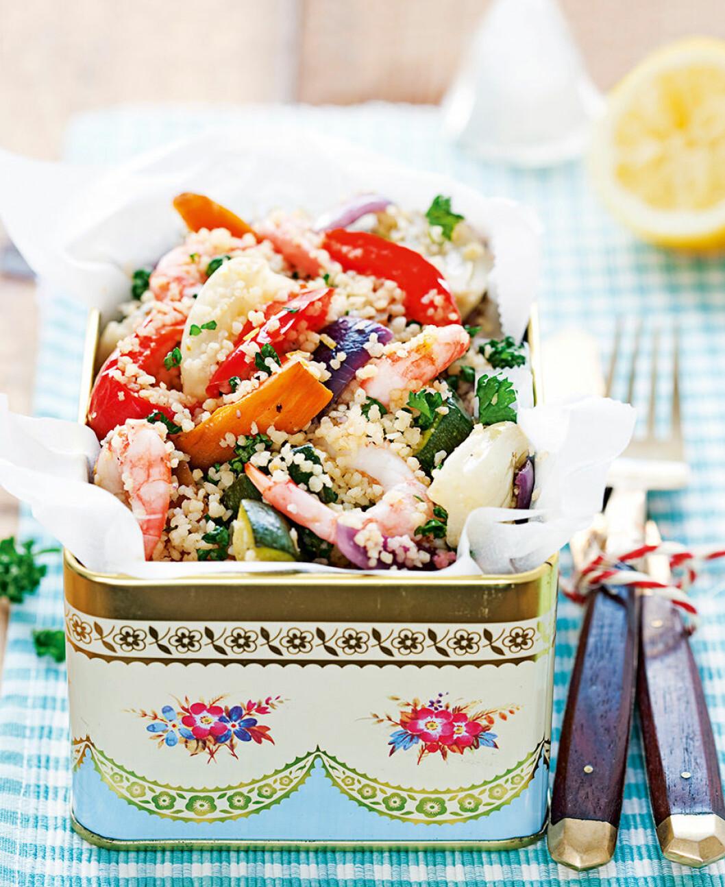 Rostade grönsaker med couscous och räkor.