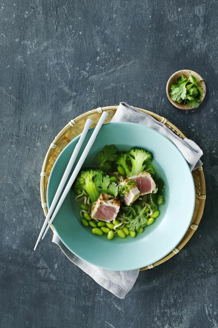 Bjud på ramen med edamame och halstrad tonfisk
