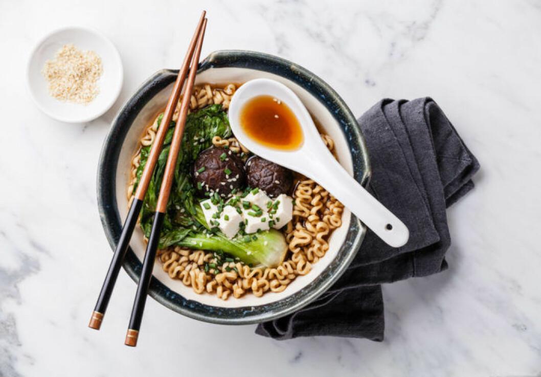 Miso ramen med nudlar, shiitake, tofu och pak choi. Foto: Shutterstock