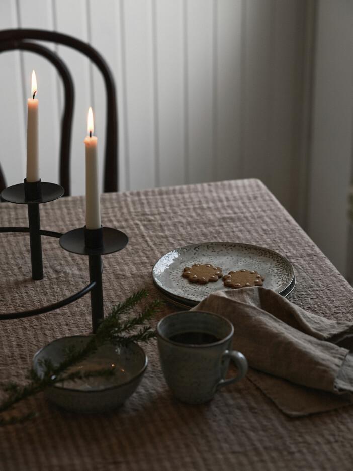 randig bordsduk, pepparkakor och adventsljusstake från ellos home