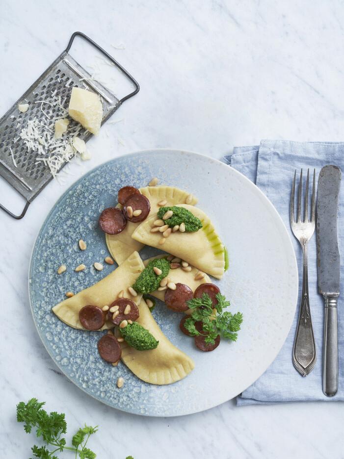 Bjud på ravioli mezzaluna med chorizo och sötpotatis