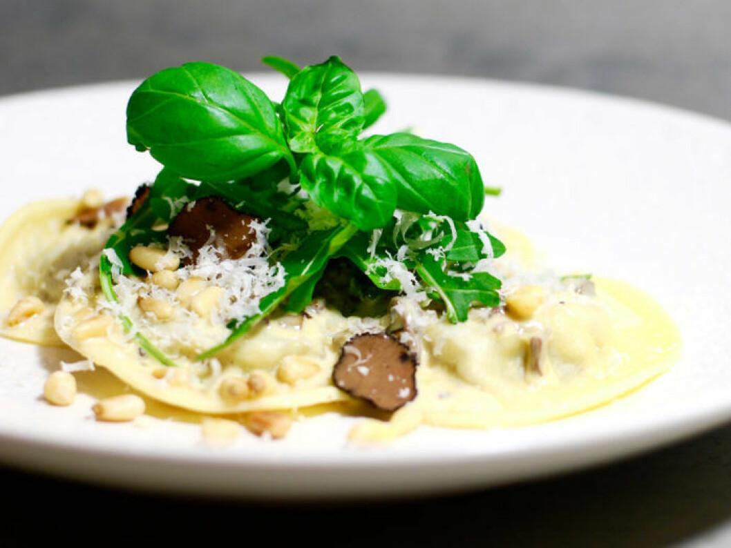Hemgjord ravioli med svamp & svart tryffel.