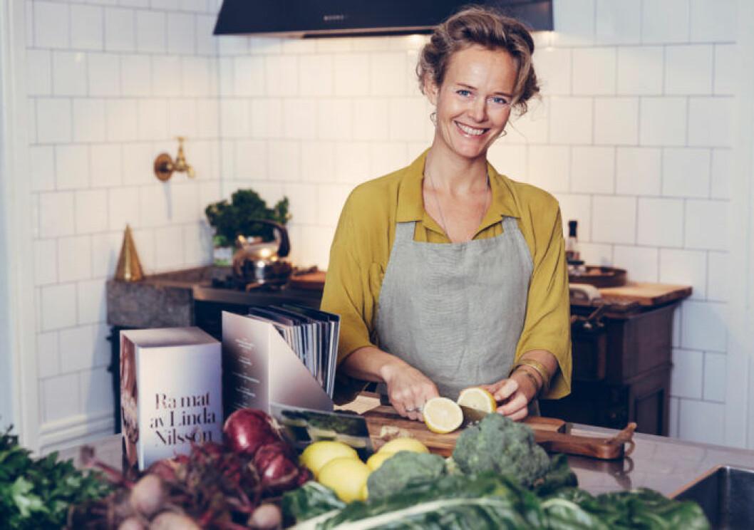 """Linda Nilsson har skrivit boken """"Rå mat""""."""