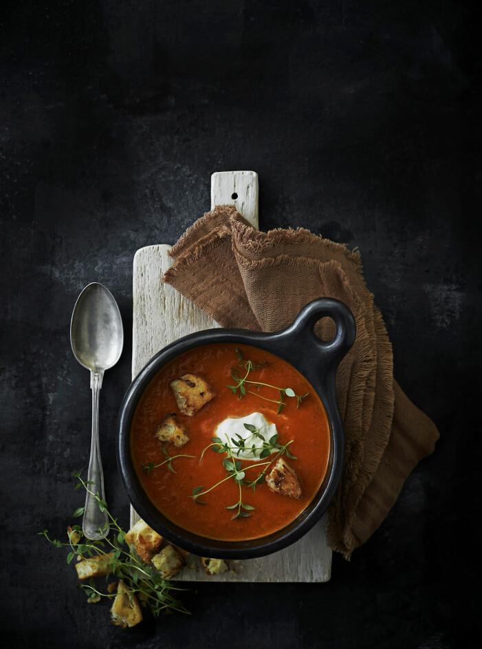 Recept på bakad tomatsoppa med färsk timjan och brödkrutonger