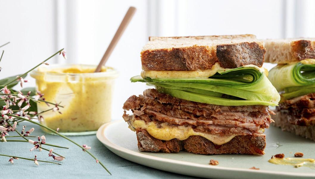 Recept på club sandwich med rostbiff och dijonmajonnäs