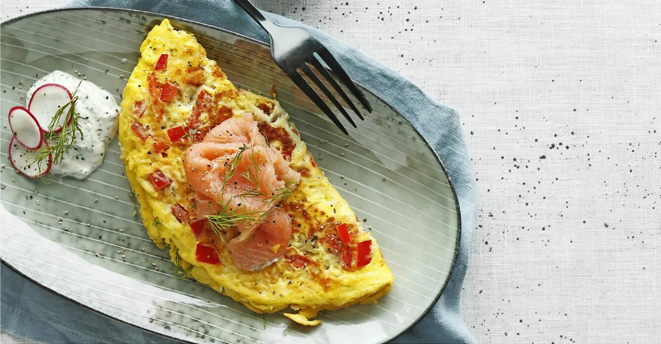 Recept på omelett med paprika, chili och rökt lax
