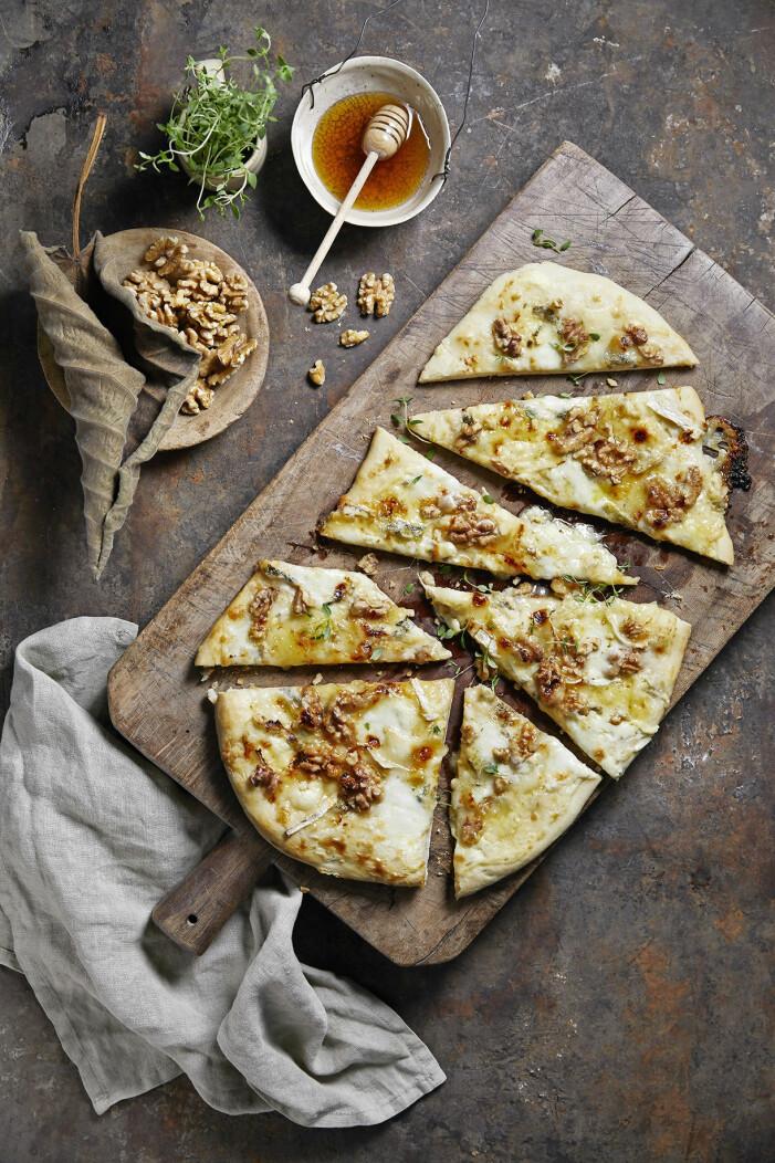 Recept på pizza med tre sorters ost och valnötter