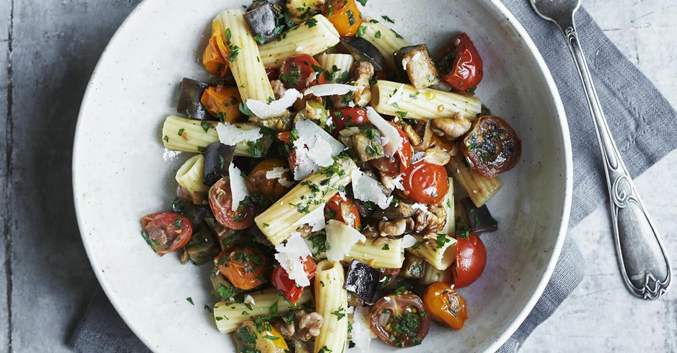 Recept på rigatoni med aubergine, körsbärstomater och valnötter