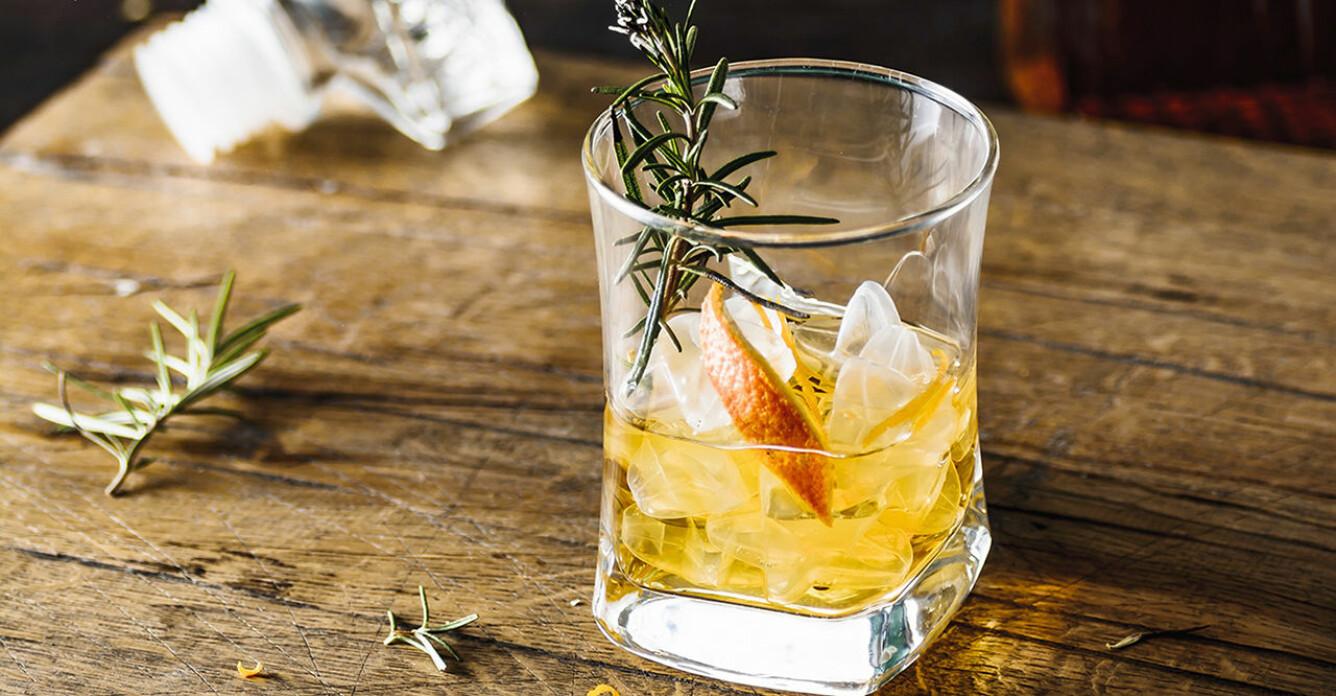 Recept på rosmarinrökt old fashioned
