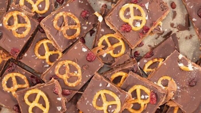 Recept på salta chokladrutor med Dumle och tranbär