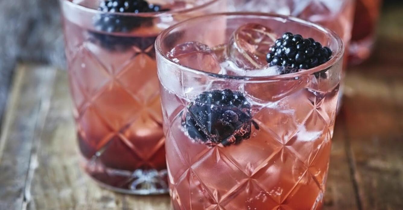 Recept på söt syrlig björnbärs-gin och tonic