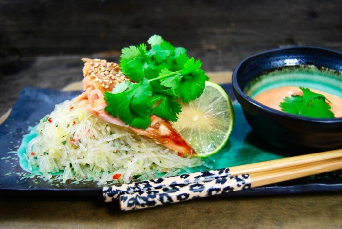 Recept på teriyaki- och sesamglaserad salmalax med nudelsallad