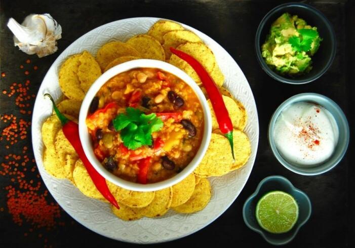 Recept på vegetarisk gryta med avokado, gräddfil och nachos