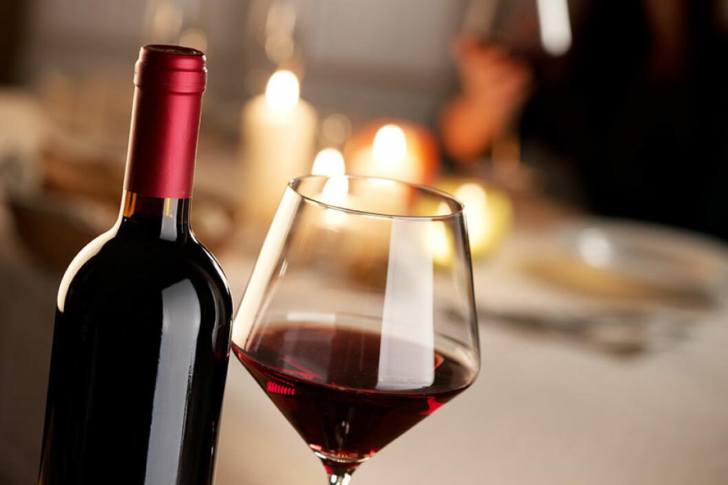 Vin bra för hälsan, bild med flaska och glas rött vin