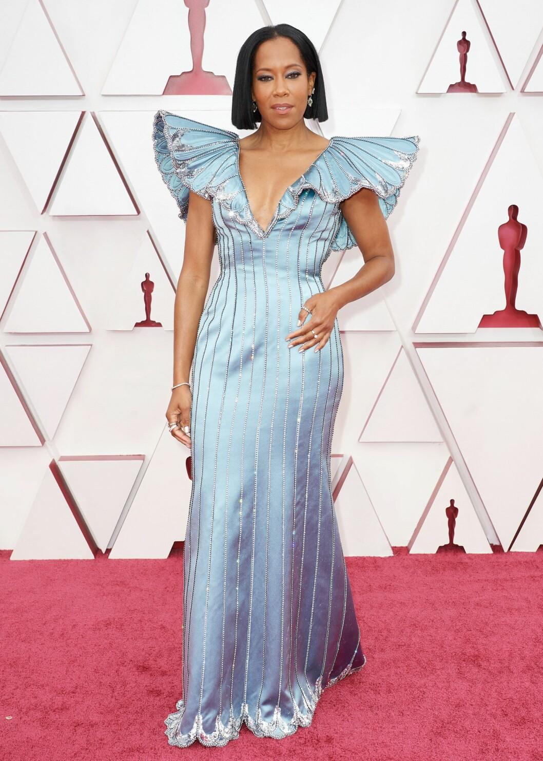 Regina King bar en ljusblå klänning från Louis Vuitton