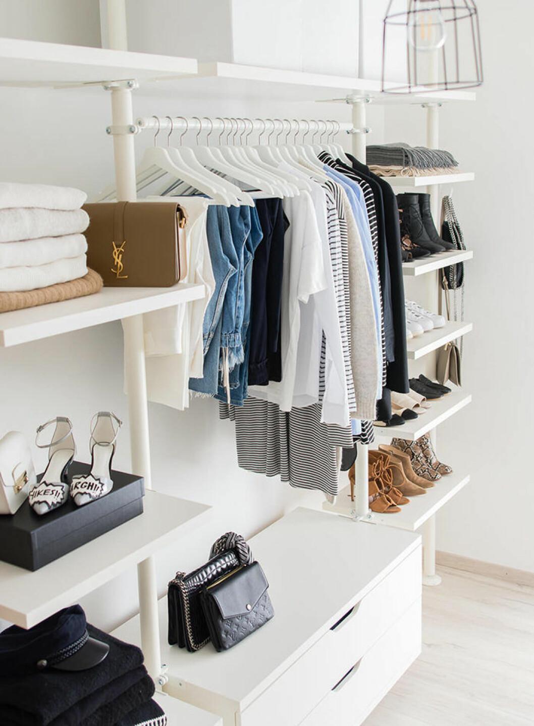 Walk-in closet med jeans, väskor och skor