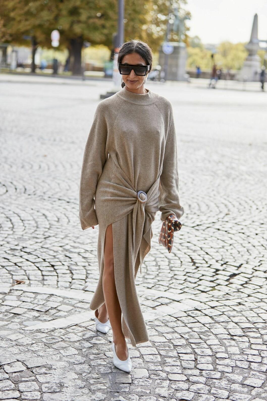 Streetstyleinspiration från modeveckan i Paris som får oss att vilja bära stickade klänningar året om.