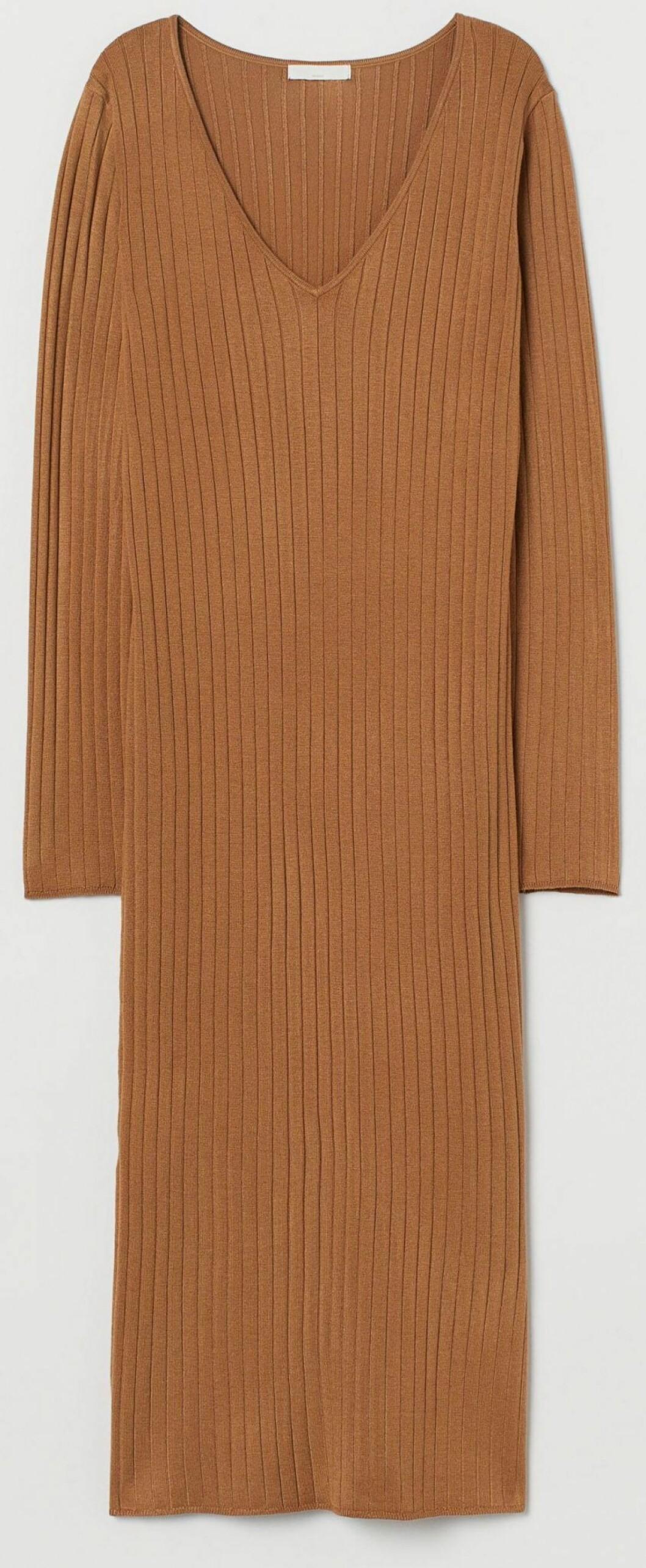 Ribbstickad långärmad klänning från H&M.