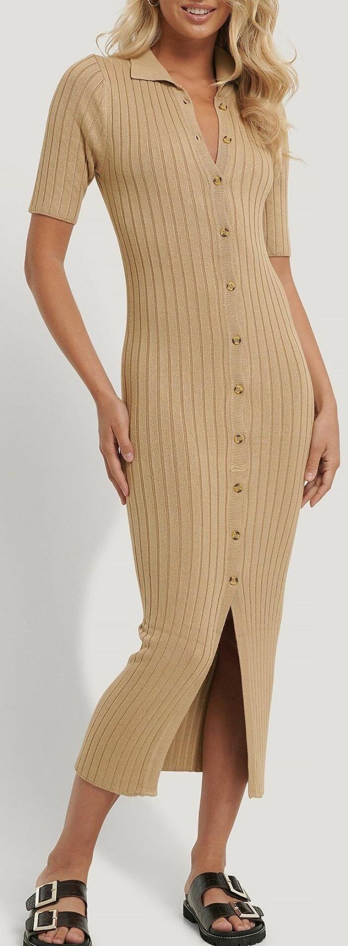 Ribbstickad klänning med knappar från rut & circle