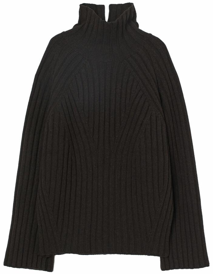 Ribbstickad tröja från H&M i oversized modell och en vacker nyans av chokladbrunt.