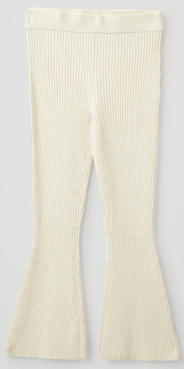 ribbstickade byxor i vitt från Cos med något utsvängda byxben