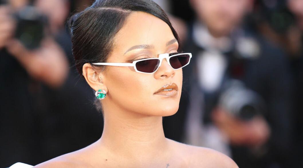 Rihanna i smala glasögon.