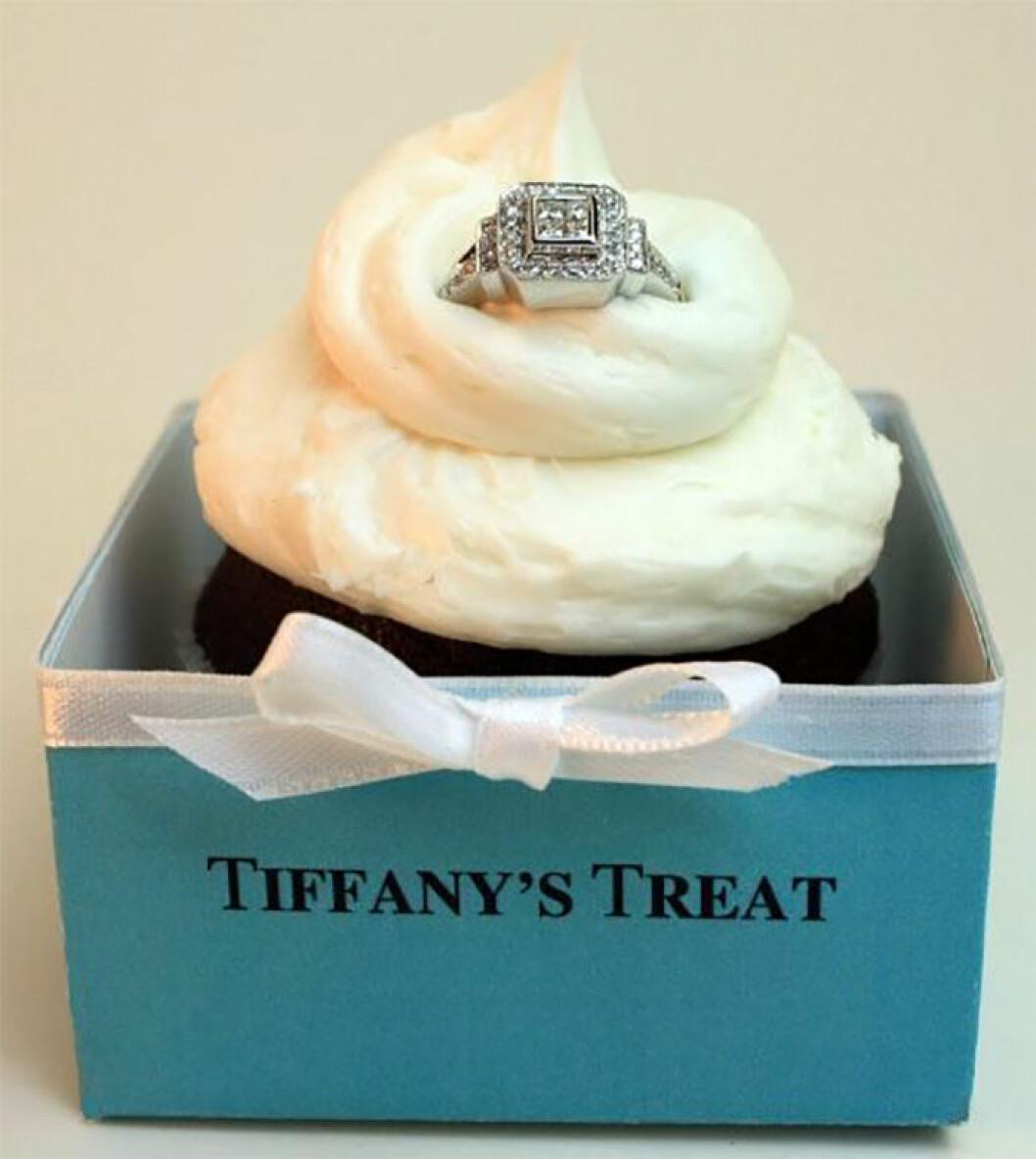 Förlovningsring i en cupcake.