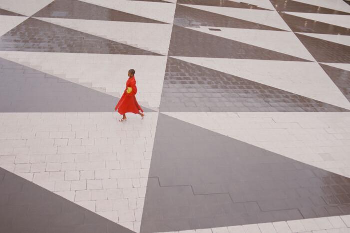 Röd trenchcoat från Bottega Veneta