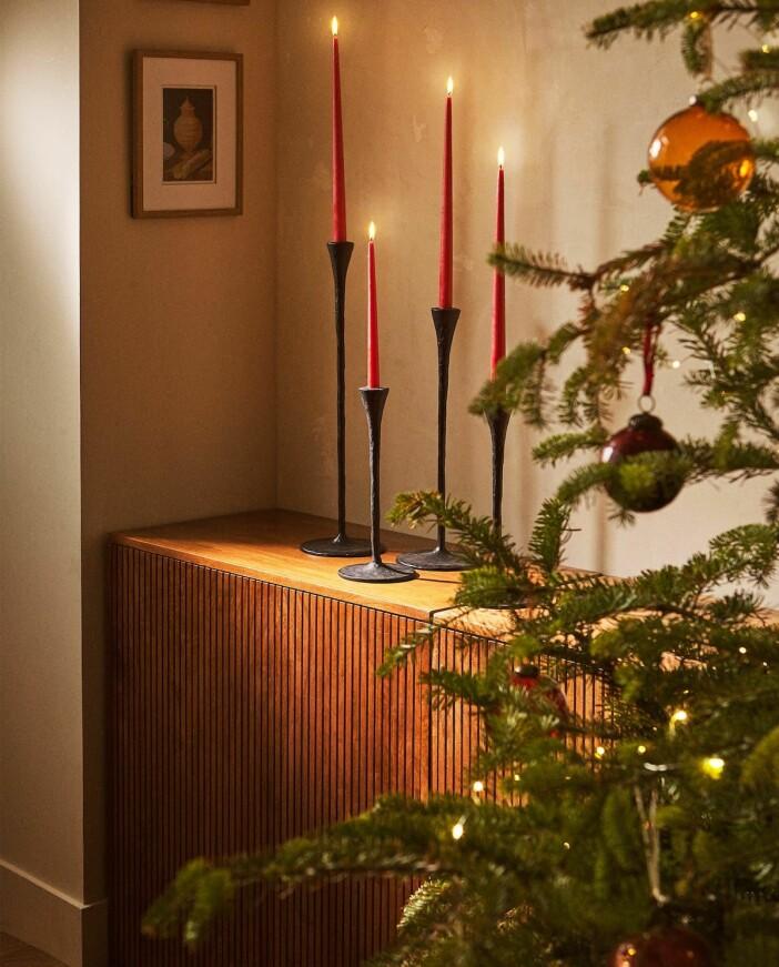 röda kronljus sätter stämning i jul