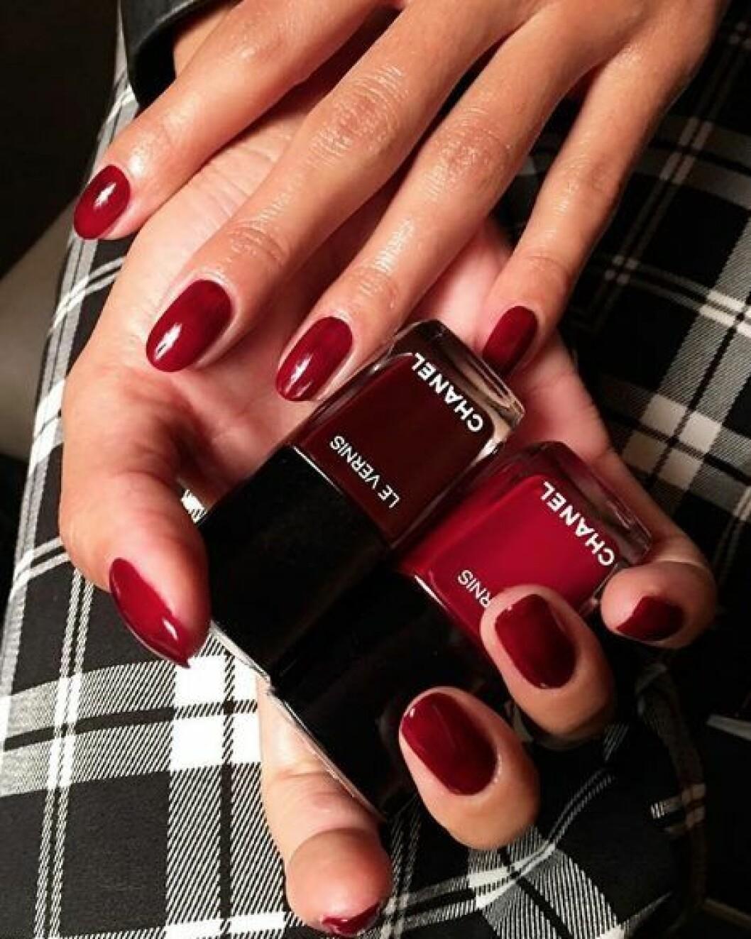 En bild på en nagellackning i klassiskt rött.
