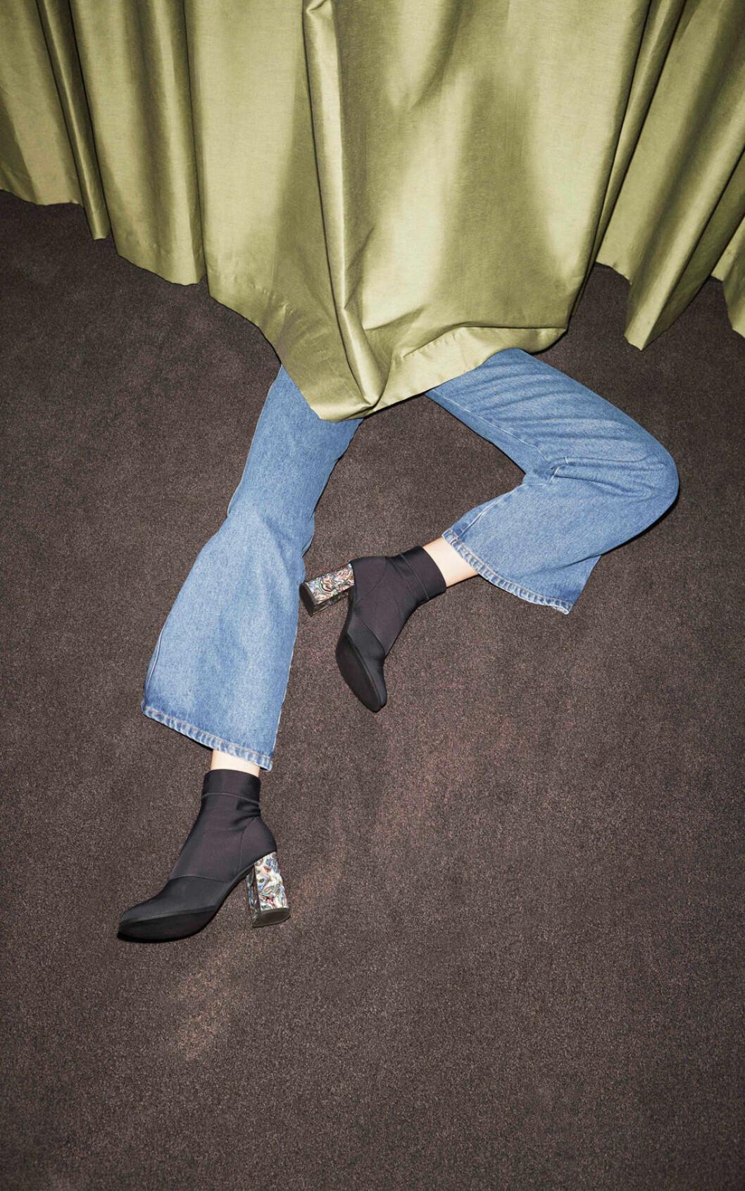Svarta skor med klack.