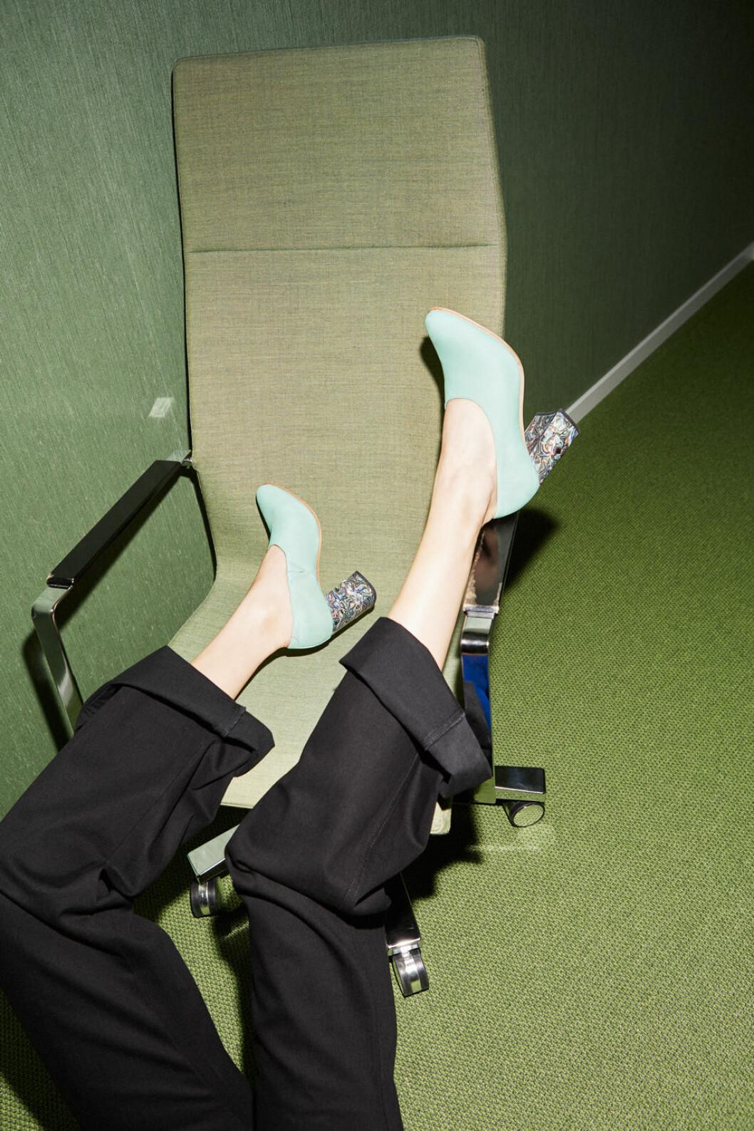 Turkosa skor med klack.